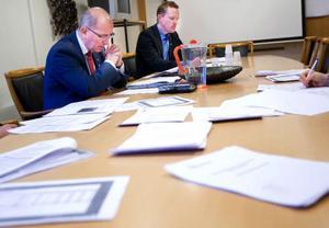 Socialförvaltningens kostnader har skenat iväg. Nu har kommunens högsta ledning satt ner foten. Kommundirektör Bengt Marsh kräver akuta åtgärder från sin underordnade socialchef Dan Osterling.