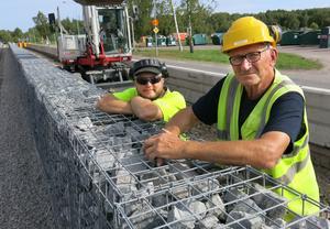 Micke Ainefors och Lars Pettersson i en paus i arbetet vid Väderleksgatan på Lillhamra.