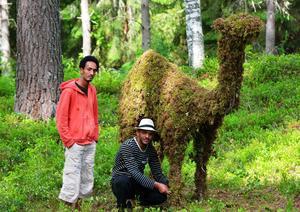 Biniam Asgedom och Selama Tesfalu vid kamelen som de byggt av naturens material.