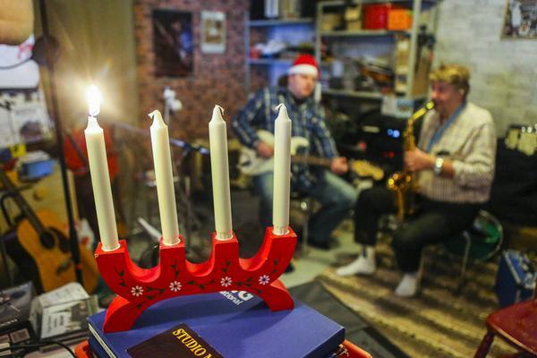 Julstämning i studion hemma i villan i Älvros.