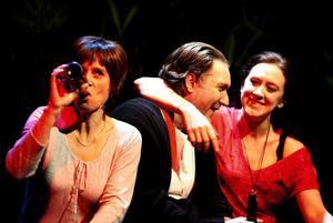 Det festas i Sockerdagar. Här är alla hemma hos Britt-Marie (Gisela Nilsson). Iso Porovic och Helena Svartling spelar Pierre och Lenita.