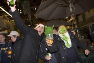 Festandet verkade vara nog så viktigt som själva matchen för Ove Larsson, Kalle Enegren och den anonyme mannen med Shrek-mask.
