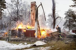 Branden startade vid 6-tiden och har brunnit ner till grunden.