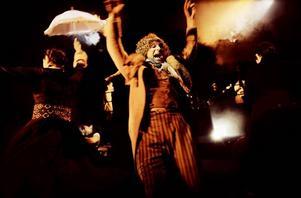 """FEST PÅ FOLKTEATERN. Andreas Liljeholm i en bild från """"Jerfsölif"""", en av Folkteaterns pjäser som repriserade sina musiknummer under veckans nostalgikonsert vid Hälsinglands träteater."""