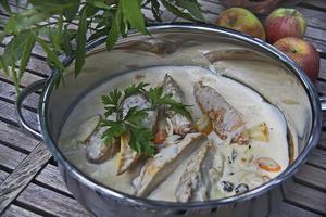Kycklinggrytan smaksätts med bland annat äpplen, katrinplommon och vitt vin.