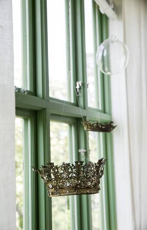 Den gröna färgen är vacker mot snön, och rundade profiler ger ett mjukare intryck. Kronan är ett loppisfynd, och glaskulan har Ulla blåst själv – på en nybörjarkurs.