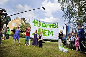 Välkommen hem. Margareta Erikssons barnbarn har tillverkat en egen välkommen hem skylt som de över med inför Margaretas hemkomst.