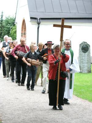 Tågade ut.  Efter gudstjänst och spelning i kyrkan tågade spelmännen ut.