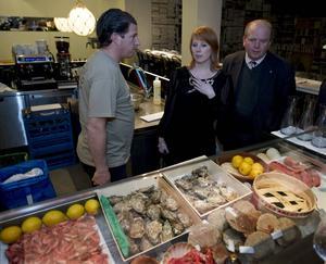 Ministrar på restaurangbesök efter sänkningen av krogmomsen.