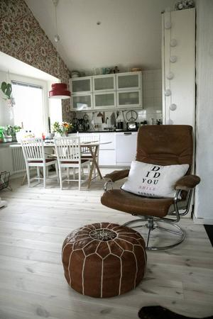 De bruna skinnfåtöljerna i vardagsrummet ratade Mattias helt i början men nu har de blivit hans favoritmöbler.