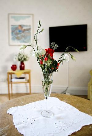 Blomsterprakt. Ett sällskapsrum med tv skiljer kronprinsessparets och kungaparets sovrum åt. På bordet står en vacker bukett. Fler blommor kommer att finnas i rummen när kungafamiljen anländer.