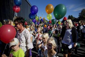 Laddade med var sin ballong hamnade skolbarnen i centrum vid invigningen av Skarpåkersskolan.