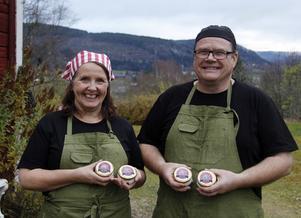 Lena Liljemark och Magnus Isaksson är glada över guldet och snart räknar de med att ha sin SM-vinnande ost ute i butik.