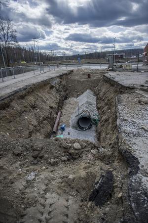 Så här ser det ut på Ringvägen i Fagersta. Vägarbetsområdet har skarpt sluttande kanter som synes. Avspärrningarna som syns har polisen ordnat, efter olyckan, så att ingen ny olycka ska behöva hända.