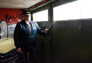Wille Lindholm i garaget, där de misstänkta hade tagit sig in.