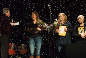 Alla stipendiater tillsammans med Jane Rönnqvist. Ann Danielsson från Skol-IF, Ulla Genberg, representant för Njurunda scoutkår och Maria Öhman från Dyket tog emot sammanlagt 28 000 kronor ur Nathaliefonden.