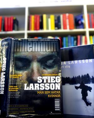Typisk sommarläsning. Deckare är eftertraktad läsning under sommaren och många lånar böcker av Stieg och Åsa Larsson. Foto:Johan Larsson