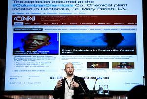Janis Sarts, chef för Natos center of Excellence Stratcom i Riga, talar vid Folk och Försvars rikskonferens vid Högfjällshotellet i Sälen 2017 om bland annat sanningshalten i så kallade nyheter som sprids i sociala medier och nödvändigheten för traditionella medier och stater att motverka detta. I bakgrunden exemplet om hur historien om den fejkade explosionen av en amerikansk kemisk fabrik spreds.