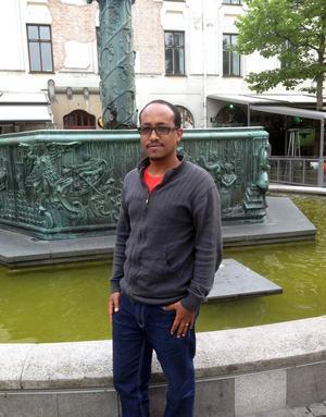 Den asylsökande journalisten Yohannes Kassahun berättar att han studerar svenska på dagarna och kommunicerar med familj på Facebook under kvällarna.