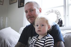 Älskar tatueringar. Tom Sörbring sitter tillsammans med sonen Ted i soffan i vardagsrummet. Tom vill låta tatuera in ett porträtt av sonen och det nya barnet på bröstet.