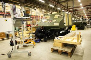 En BvS10 monteras i Hägglunds nygamla verkstad. Arbetet montören på bilden gör – skapar ytterligare tre jobb i Örnsköldsviks kommun.