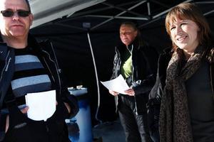 Ur spår lyder Banverkets nya kampanj för att förmå skoterförare att inte åka intill och över järnvägsspår. Men vem ska finansiera säkra övergångar är osäkert menar Pär Jonsson, Johanna Dahlberg och Beisi Sundin som i går mötte skoterfolk på Gräfsåsens skoterstadium.