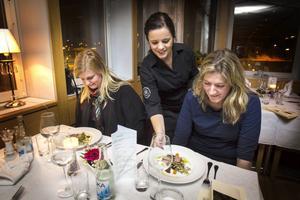 Amanda Viklund serverar Lina Lundmark och Cilla Hansson.