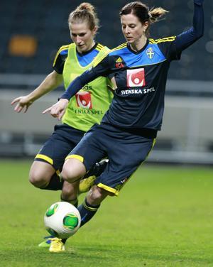 Emma Berglund, född 1988, spelar i FC Rosengård. Här jagar hon Lotta Schellin på en landslagsträning.