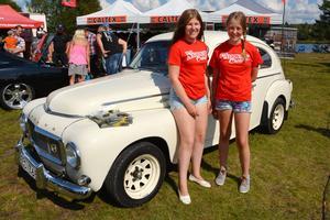 Emma Werkmästar och Ida Wallinder från Rättvik jobbade på festivalen. Två kuggar i det viktiga hjulet som är Musik- och Motorfestivalen. Bakom dem en Volvo PV från 1960 som lottades ut på kvällen.