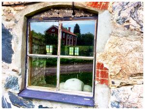 Speglingar och reflexer. Bilden tagen vid Lockmora friluftsgård, Kungsör, vid