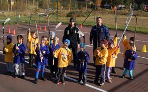 Ledarna Dan Stark och Lars Andersson tillsammans med 13 av deltagarna i Tre Kronors hockeyskola.