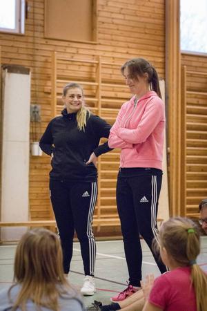 Julia Hansson och Milica Kostic är handbollsambassadörer för Strands IF.
