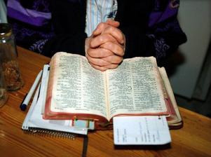 Astrids bibel är gammal och nött. I den läser hon varje dag.