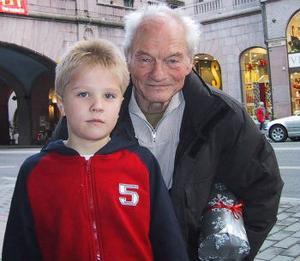 Nioårige Lukas Larsson gör Findus röst och bakom gubben Pettson finns Tord Peterson.