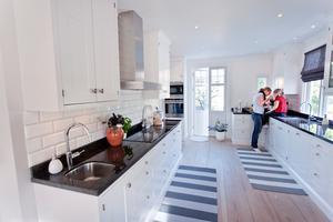 Emma Wennerström och dottern Tua har gott om utrymme i det måttanpassade köket.