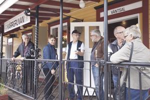 Kärrgruvans stationshus. Sten Nordström berättar om stationshuset som järnvägsföreningen har rustat upp under året.Foto: Seth Jansson