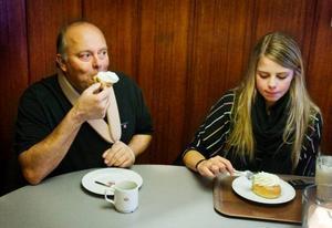 Nina Norberg, från Dvärsätt passar på att äta en semla tillsammans med pappa Jan. Hon tycker om att äta semlan med sked medan Jan föredrar att äta med händerna.