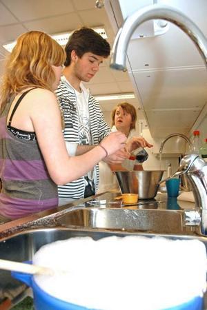 CHOKLADBOLLAR. Mollie Petersson och Robin Hammar bakar chokladbollar till fikat.