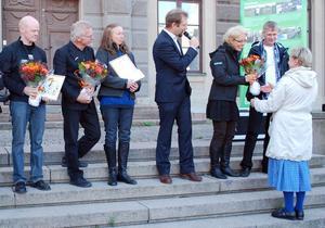 Här får Chatrine och Lars Rolfhamre blommor av Berit Löfgren, länsstyrelsen. I mitten står vinnarna Svenolof och Anna-Karin Sundberg och prisutdelaren Magnus Dandanell. Längst till vänster Johan Fredlund från Jordnära produkter.