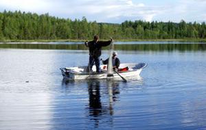 Stefan Thorfe, fiskerikonsulent på länsstyrelsen, lägger ut nät för att se vilka sorters fiskar som redan finns i Lövåstjärnen.