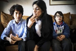 25 000 euro betalade Nada för att hon och hennes söner skulle ta sig från terrorn i Irak och komma till Europa. Nu gömmer de sig på en ort i länet.
