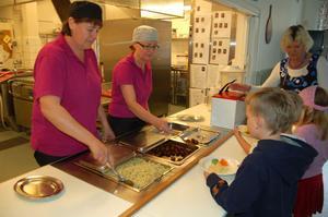 Ing-Britt Frykberg och Anna-Lena Holwall serverar kötbullar och makaroner.
