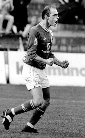 Jubel i GIF-tröjan 1991. Soso Chedia hann med 13 matcher i Allsvenskan och åtta matcher plus ett mål i Kvalsvenskan under sitt år i Sundsvall. Nu är det tränarjobb på högsta nivå som gäller för den i dag 43-årige georgiern.