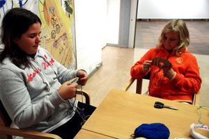 Yaiza Hammarlund och Maja Darke väver armband.