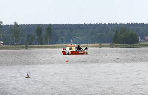 Kustbevakningen sökte med sond på sjöbotten.