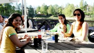 Marcia Eriksson, Marina Da Silva och Elisa Davidsson besöker Hamnkrogen i kvällssolen.