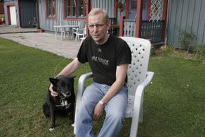 Sällskap av Molly har olycksdrabbade ex-kommunalrådetYngve Nilsson om dagarna. Men enbart hunden räcker inte. Nu vill han ut bland folk, kanske återgå till politiken.