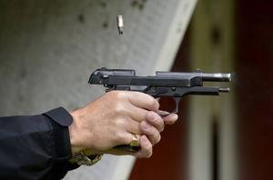 En skytt i länet anmäler polisens handläggning av hans vapenlicenser.