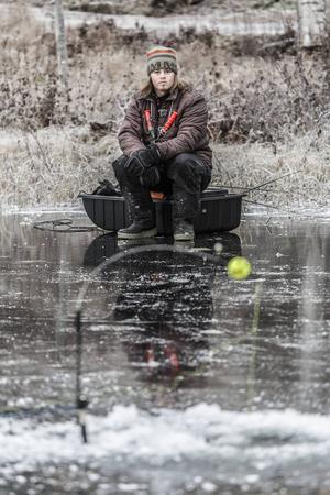 Väntan på gäddhugget. Sitt gärna på land när du ismetar på nyisen så att du inte skrämmer fisken.