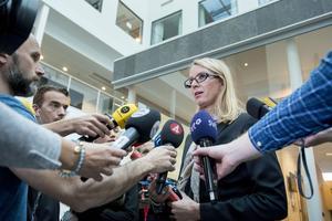 Kammaråklagare Jessica Wenna talar med media efter häktningsförhandlingarna i Västerås tingsrätt mot den 42-åriga kvinnan som misstänks för mord och mordförsök i en sommarstuga i Arboga.